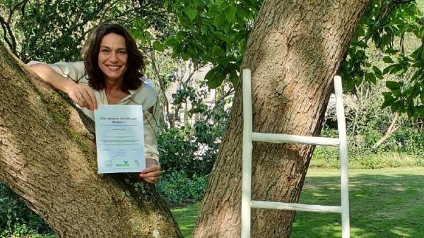 Wethouder Nermina Kundić toont het CO2-prestatieladder certificaat van de gemeente Soest